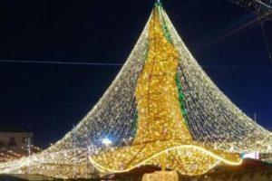 Капелюх повернувся: на Софійській площі в Києві встановили скандальну прикрасу з ялинки