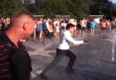 Як президент В. Зеленський під час візиту до Маріуполя у фонтані купався (Відео)