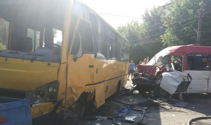 Моторошна ДТП на Київщині за участю маршруток, 26 людей постраждало